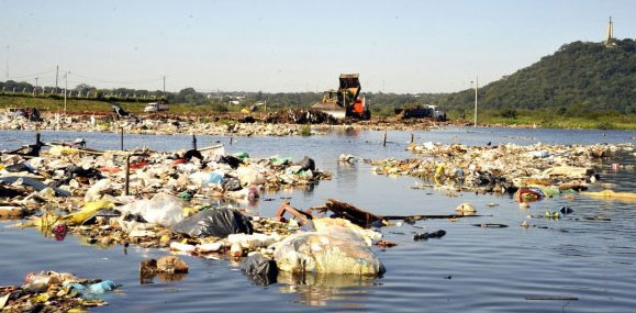 Refuse and waste from the Cateura dump floating on the swollen Paraguay river, June 2014. Photo: Color ABC