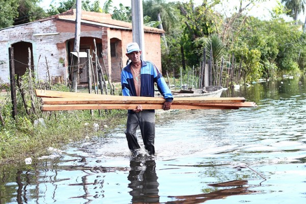 Floods regularly force residents of the Bañados to re-locate. This photos is from 2012. Photo: Juan Andrés Del Puerto González under Creative Commons
