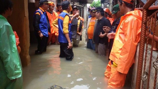 BPBD Jakarta carry out damage assessments after flooding, 26 February 2016. Photo: BPBD