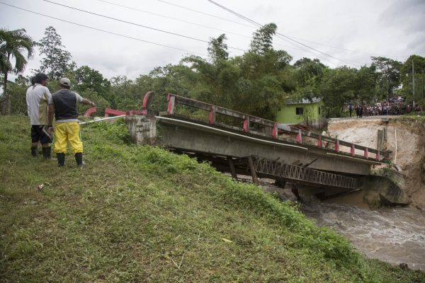 Collapsed bridge after floods in Melchor de Mencos, Guatemela, brought by Tropical Storm Earl, August 2016. Photo: Conred Guatemala