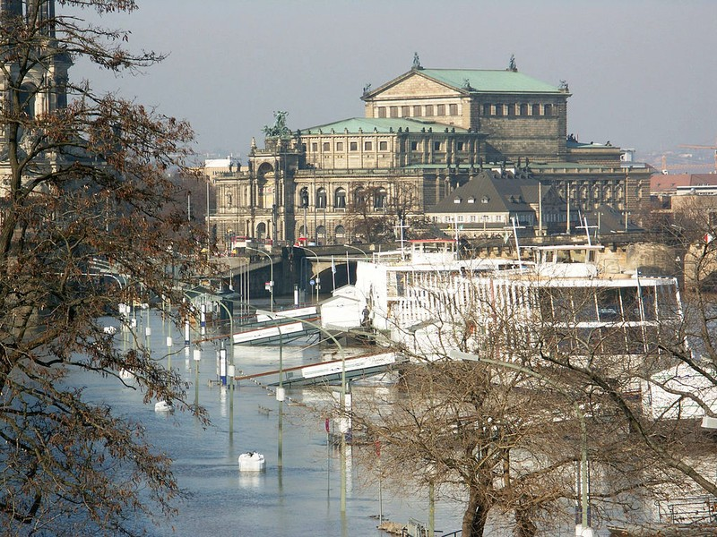 Semperoper in Dresden, flood in spring 2005. Photo: Tilo Riemer CC BY-SA 3.0
