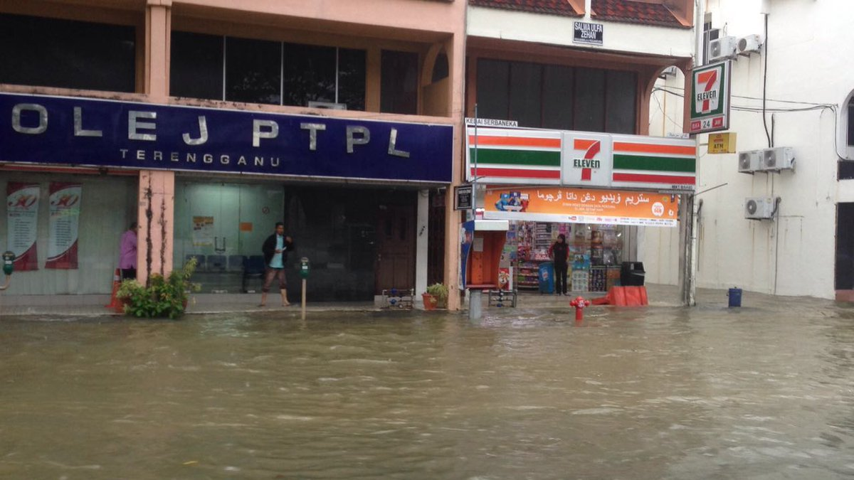 floods in malaysia Heavy rainfall beginning in mid-december 2014 triggered floods that resulted in at least 17 deaths and displaced more than 230,000 people in northern and eastern peninsular malaysia.