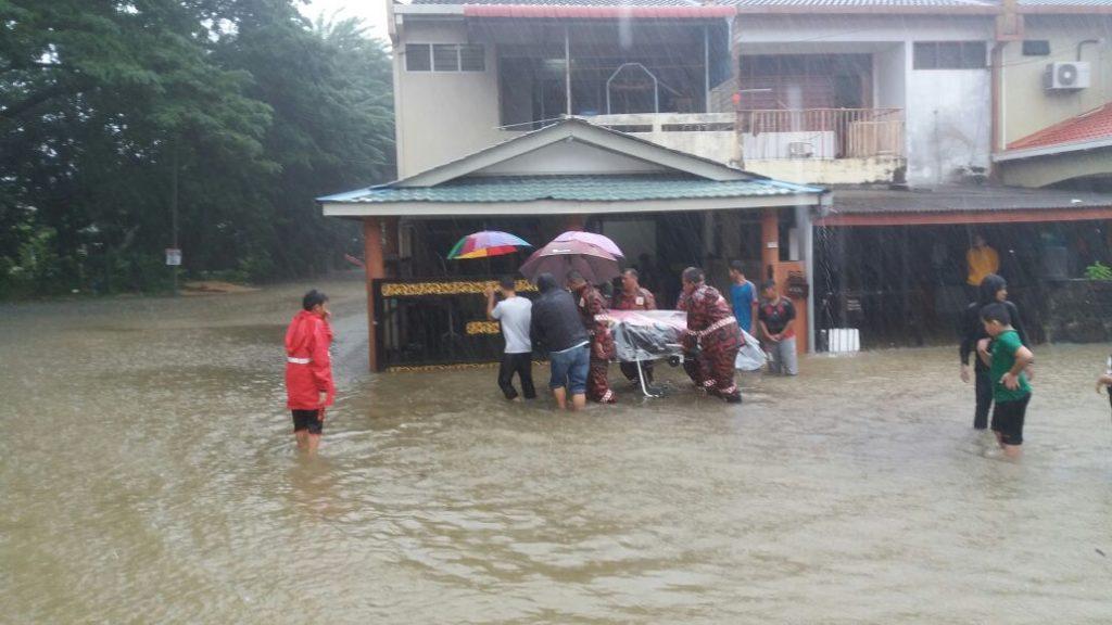 Emergency flood rescue by Bomba Malaysia in Kuala Terengganu, Novmber 2016. Photo: Bomba Malaysia