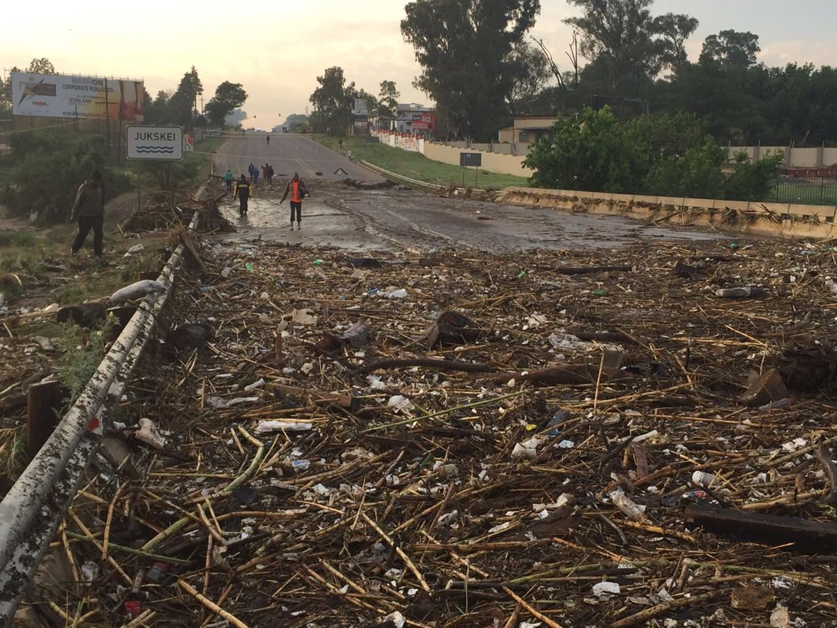 floods in south africa The south african press association said 400,000 durban city residents were without running water today, as were smaller surrounding towns.
