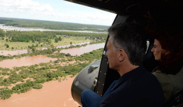 President Mauricio Macri visits the flooded areas of Concordia, in the Litoral Argentino region of Argentina, 27 December 2015. Photo: Casa Rosada