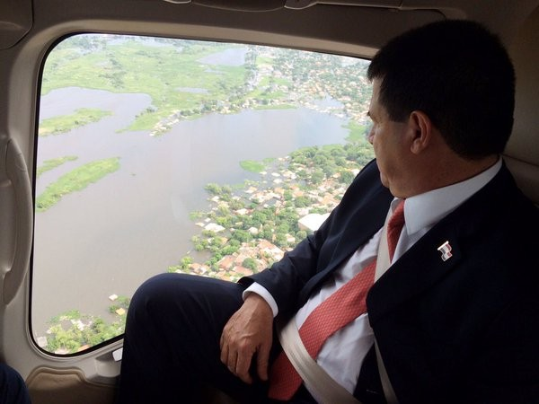 President observes flooded asreas in Asuncion. Photo: Office of the President, Paraguay