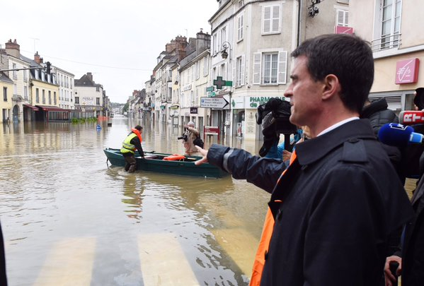 French Prime Minister visits the flood hit town of Nemours, 02 June 2016. Photo: Office of the Prime Minister, France