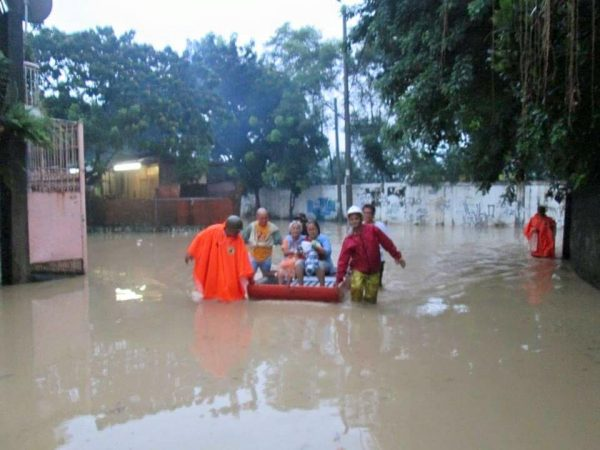 Philippine Red Cross Marikina team carry out flood evacuations. Photo: Philippine Red Cross