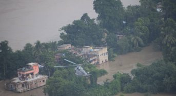 India – Air Force Helicopters Rescue Dozens From Rooftops in West Bengal Floods